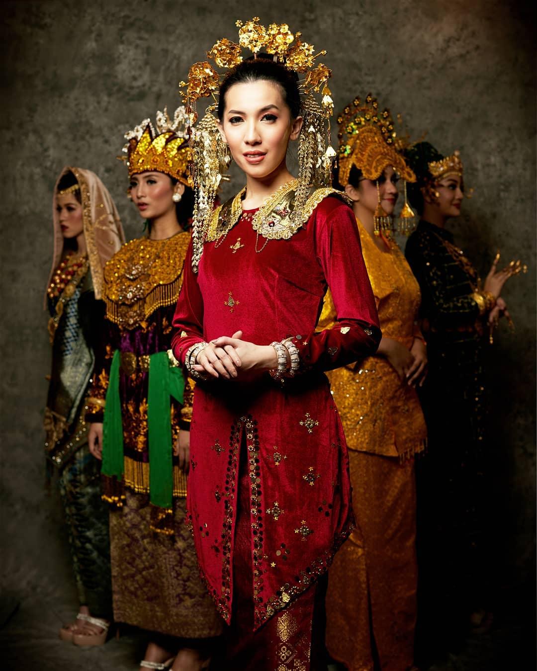 Baju adat Indonesia - Finalis Puteri Indonesia asal Bengkulu