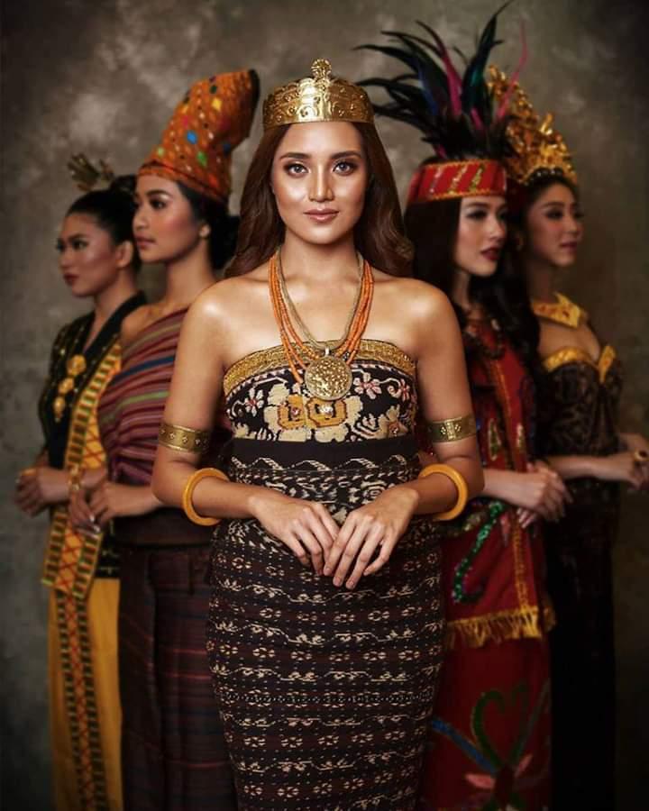 Baju adat Indonesia - Finalis Puteri Indonesia asal Nusa Tenggara Timur
