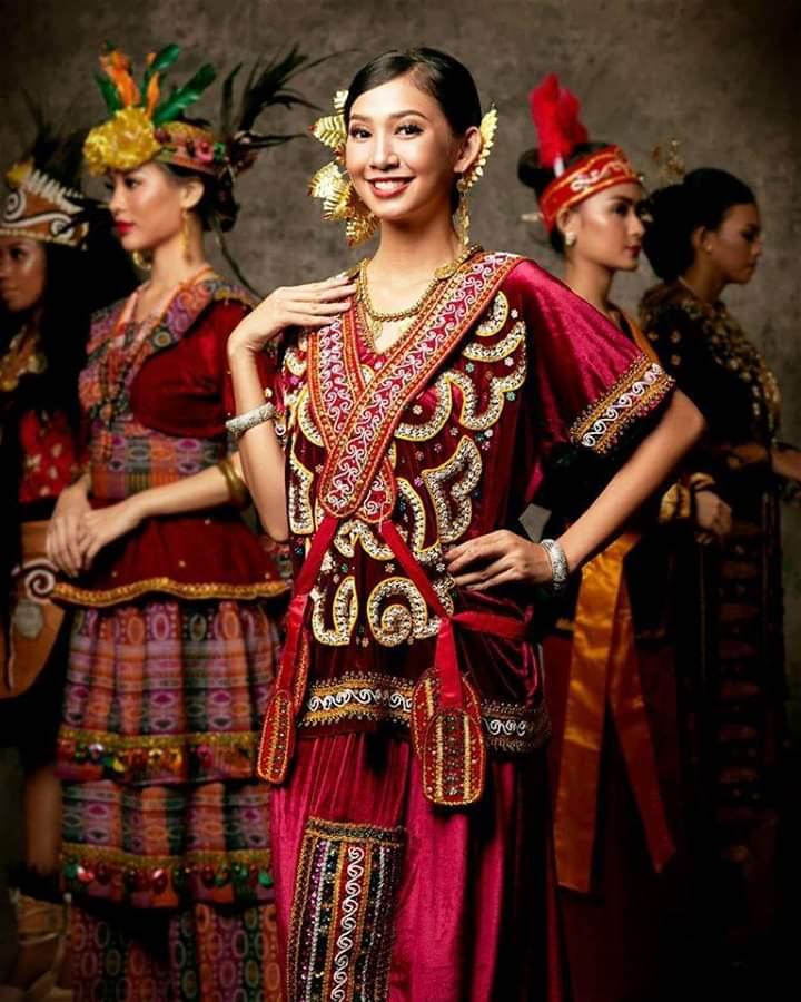 Baju adat Indonesia - Finalis Puteri Indonesia asal Sulawesi Tenggara