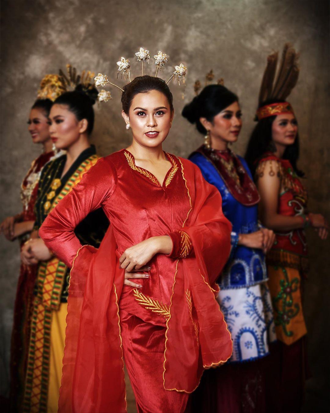 Baju adat Indonesia - Finalis Puteri Indonesia asal Sulawesi Utara 2