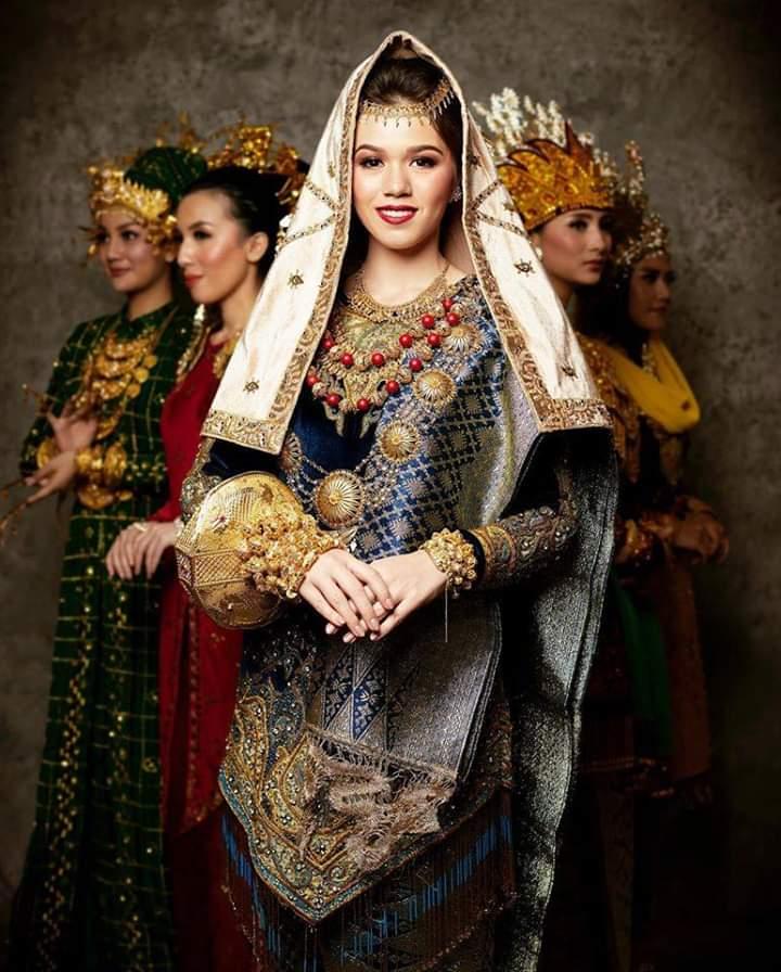 Baju adat Indonesia - Finalis Puteri Indonesia asal Sumatera Barat