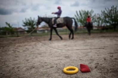A terápiát a lovak mellett különféle eszközök is segítik, apró színes gumitárgyak, papírkorongok, melyekkel Kata és Györgyi irányítani tudják a résztvevők figyelmét, és a lovaglás mellett a színek, a formák és a számok fogalmait is megtanítják. Ahogy minden más kézzelfoghatóbbnak tűnik a lovak világában, az elvont dolgok is testet kapnak.