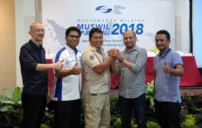 Chairman of APJII Bali Andhy Sabli Tagijara (center) received congratulations from the Chairman of APJII Jamalul Izza and APJII management after the closing of APJII Bali Regional meeting, in Kuta.
