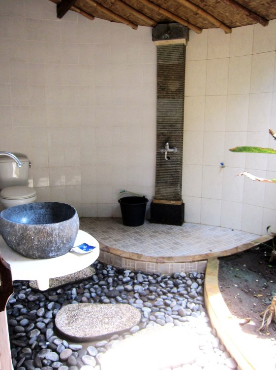 Room n°1 bathroom at Wawa wewe rock homestay in Banuyning (Amed area), Karangasem, Bali, Indonesie