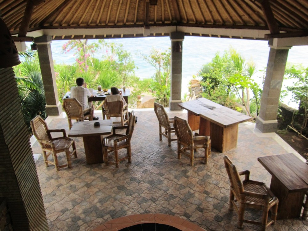 Salle du resto du Wawa-Wewe Rock à Banuyning (Amed area), Karangasem, Bali, Indonesie