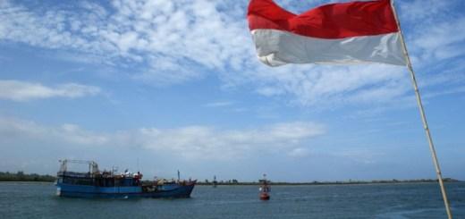 Bateau de pêche et drapeau indonésien