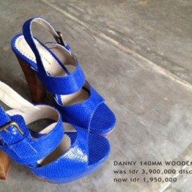 Chaussures bleu électrique à talons par Niluh Djelantik