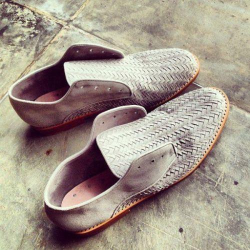 Chaussures pour homme par Niluh Djelantik, créatrice balinaise