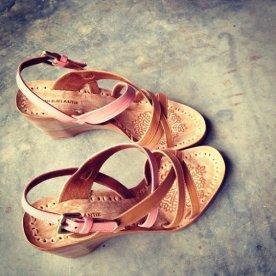 Collection Niluh Djelantik - Chaussures en cuir croisé compensées par Niluh Djelantik