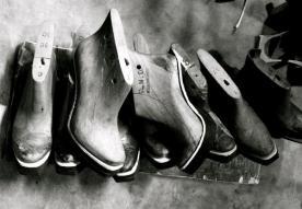 Backstage de l'atelier de Niluh Djelantik, créatrice de chaussures à Bali