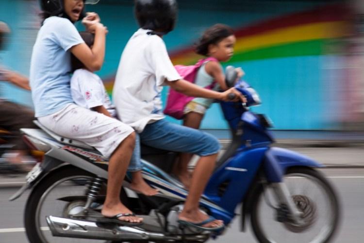 """Famille en scooter - Extrait de """"Un voyage à Bali"""" par Jean-Philippe Berlose"""