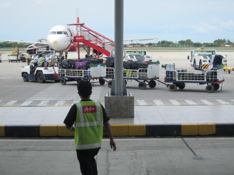 Transports de bagages en sortant de l'avion à Bali Indonésie - Balisolo