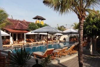 La belle piscine du Warung Coco, ses transats et le resto au fond, pres des dortoirs