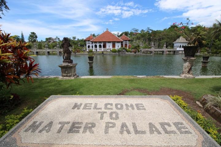 Au milieu de la piscine, le Balai Gili était le lieu de détente de la famille, on y accède par deux petits ponts de chaque côté.