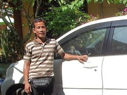 I Nyoman Kari , chauffeur anglophone a Bali