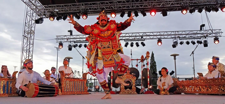 Stage de gamelan Gong Kebyar de Bali avec Gamelan Bitang Tiga