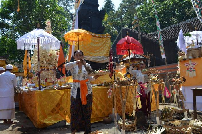 Ngenteg Linggih Ceremony