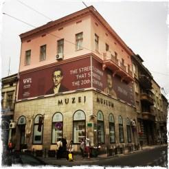 Am 28. Juni 1914 stand der Student Gavrilo Prinzip genau an dieser Stelle, als er auf den österreichisch-ungarischen Erzherzog Franz Ferdinand und seine Gemahlin Sophie die tödlichen Schüsse abfeuerte. Heute ist hier das Museum untergebracht, in dem die österreichisch-ungarische Ära in Bosnien erzählt wird. http://muzejsarajeva.ba/en/depadance/the-sarajevo-museum (Foto: balkanblogger)