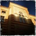 Im 19. Jahrhundert im pseudo-maurischen Stil von den Österreichern erbaut, diente sie anfangs als Rathaus. Später war sie eine der wichtigsten Bibliotheken. Nachdem sie von den Aggressoren im Balkankrieg 1992 niedergebrannt wurde, erstrahlt sie nun, nach 22 Jahren wieder im vollen Glanz. http://www.vijecnica.ba (Foto: balkanblogger)