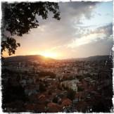 Sarajevo, zwischen den Bergen in einem fruchtbaren Tal gelegen, ist eine Stadt der Kulturen. (Foto: balkanblogger)