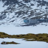 """""""Where everything meets nothing"""" ist das Motto des mehrmals ausgezeichneten Luxus Hotels in Thingvellir. Es liegt im Niemandsland. Errichtet wurde es an der Stelle, wo die nordamerikanische auf die eurasische tektonische Platte trifft. Viel Energie ist in diesem Gebiet zu finden. (Foto: Jaguar)"""