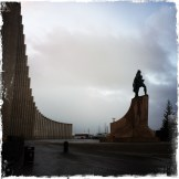 … vom Turm der modernen Kirche Hallgrímskirkja aus, einem architektonischen Wahrzeichen der Stadt. Die Statue ist Leif Eriksson, einer der Entdecker der Insel (Foto: balkanblogger)