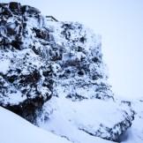 """… wie man sie aus der Serie """"Game of Thrones"""" kennt. Hier wurden die Szenen für Winterfell gedreht. Schwarzes Lavagestein, umhüllt von Schnee und Eis. Mehr märchenhafte Winterlandschaft geht nicht. (Foto: Markus Hofmann/white.photo.com)"""