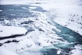 Auch wenn Island im Winter unter einer Schnee-Eis-Decke liegt, ist es eine faszinierende Zeit, es zu entdecken. Unbedingt ansehen: die Gullfoss-Wasserfälle. Es war windig und sehr kalt, doch beim Anblick der wuchtigen Wassermassen, die mit voller Wucht über die vereisten Felsen donnerten, wurde es mir vor Aufregung warm. Ich konnte meinen Blick nicht lassen von diesem Naturschauspiel. Für mich ein absolutes Naturwunder. Es sind solche Bilder, die mich klein erscheinen lassen und mir großen Respekt vor unserer Mutter Erde einflößen (Foto: balkanblogger)