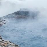 Oben kalt unten heiß, sehr heiß! Island ist eine Vulkaninsel und unter der Erdoberfläche brodelt es. So gibt es überall auf der Insel heiße Naturquellen, die zum Entspannen einladen, wie Secret Lagoon. Kein Luxus, nichts überladenes – Bikini an und ab in den natürlichen Pool unter freiem Himmel. Das tut nicht nur der Seele gut, sondern auch der Haut (Foto: Jaguar)