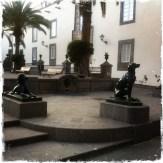 """Ihr gegenüber ist das Rathaus platziert. Und man findet viele Statuen von Hunden. Eine Legende erzählt, dass der erste Besucher der Insel sie nur von Hunden bewohnt vorfand und sie daher """"Insel der Hunde"""" taufte – daher der Name Gran Canaria. (Foto: balkanblogger.com)"""