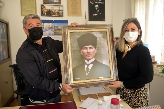 Aliağa Belediyesinden muhtarlara Atatürk portresi