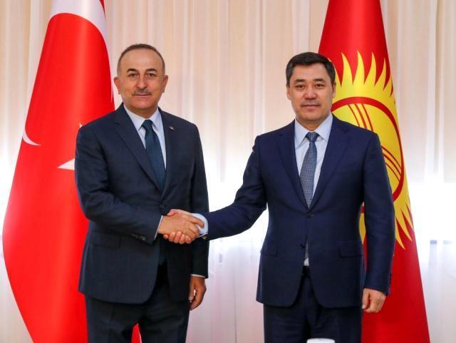 Bakan Çavuşoğlu, Kırgızistan Cumhurbaşkanı Caparov ile görüştü