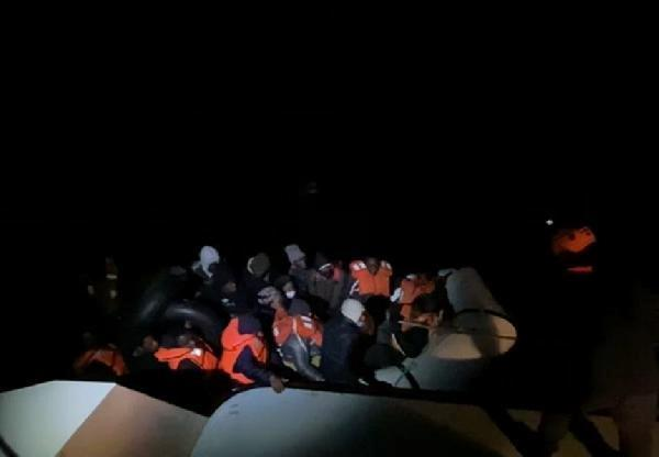 Botları denizde sürüklenen 34 göçmen, Sahil Güvenlik ekiplerince kurtarıldı