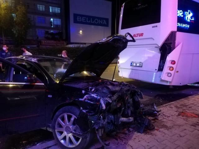 Çöp konteynerleri ile aydınlatma direğine çarpan otomobil takla attı: 1 yaralı