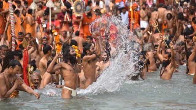 Covid-19: Hindistan'da salgına rağmen, milyonlarca insan kutsal gün için nehirde yıkandı