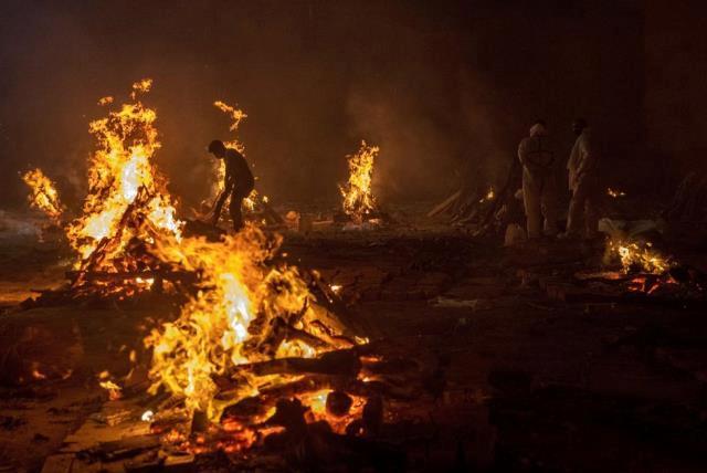 Covid: Hindistan'da ölülerin yakılması ara verilmeden devam ediyor