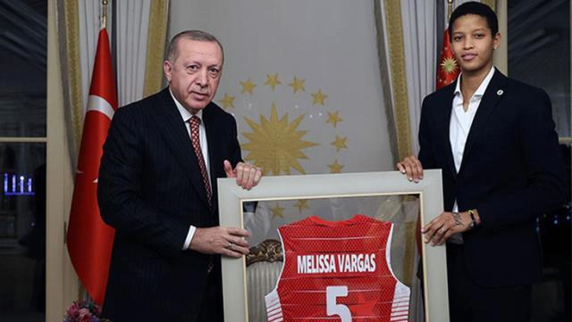 Fenerbahçeli voleybolcu Melissa Teessa Vargas Türk oldu, kimliğini Cumhurbaşkanı Erdoğan verdi