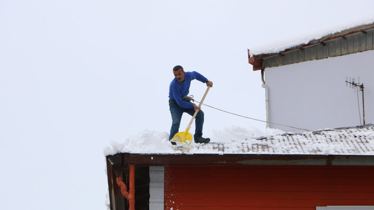 Hakkari'de yüksek binaların çatılarında 100 liraya kar temizliği