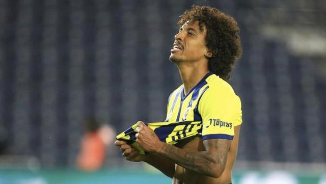 İlk 11'deki yerini Sosa'ya kaptıran Gustavo, sezon sonu da takımdan ayrılıyor