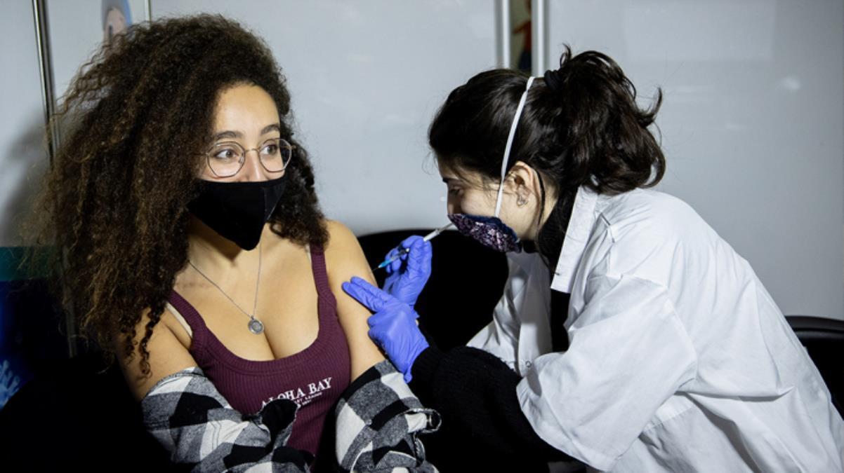 Korona korkusu bunu da yaptırdı! Bir ülke aşıya teşvik için gençlere 800 lira dağıtmaya başladı