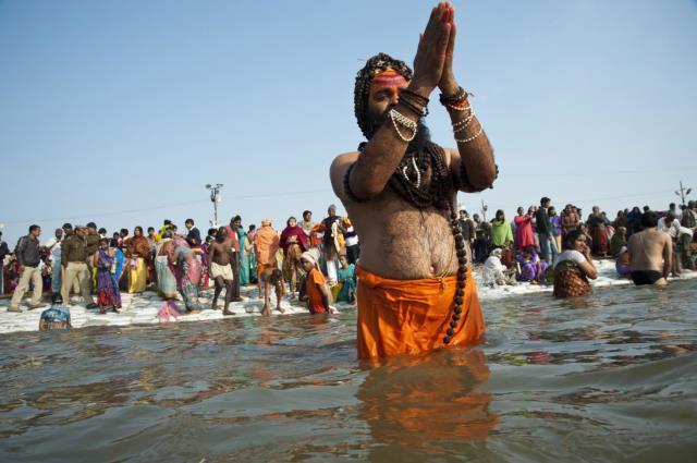 Koronaya rağmen Hindistan'da milyonlarca kişi aynı nehirde yıkanmaya devam ediyor