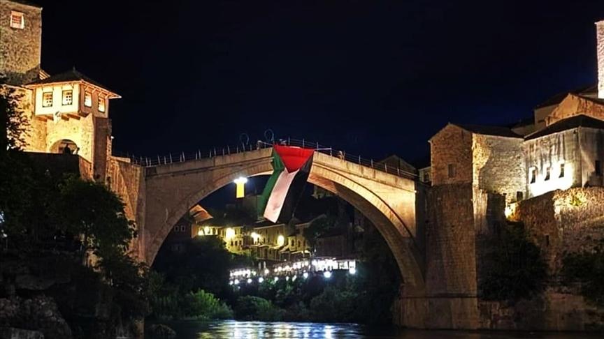 BosnaHersek'teki tarihi Mostar Köprüsü'ne Filistin bayrağı asıldı