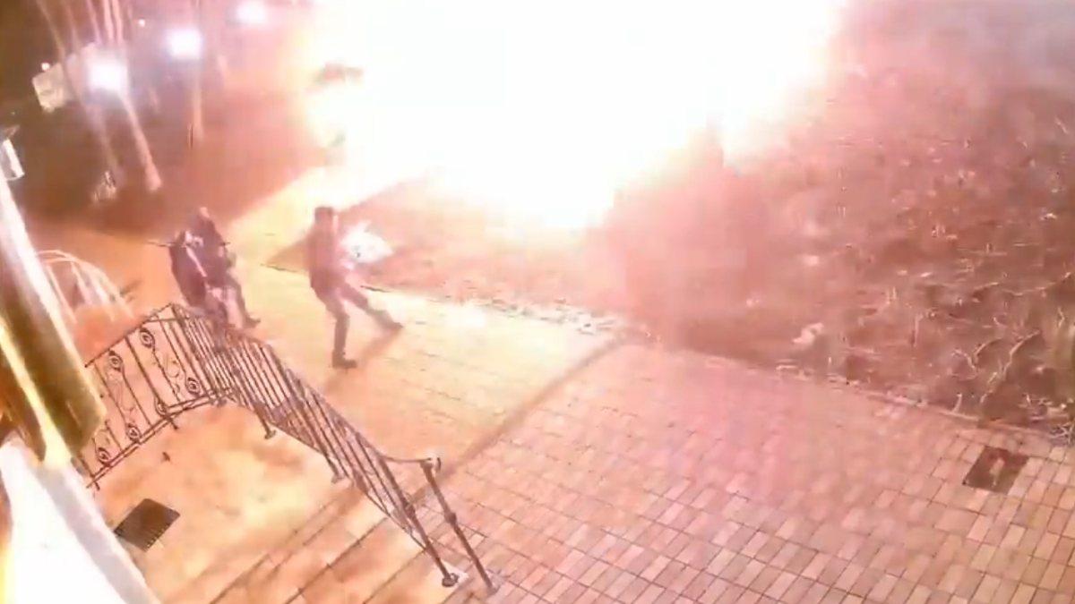 Rusya'da araçtan fırlayan kaput 3 kişiyi teğet geçti