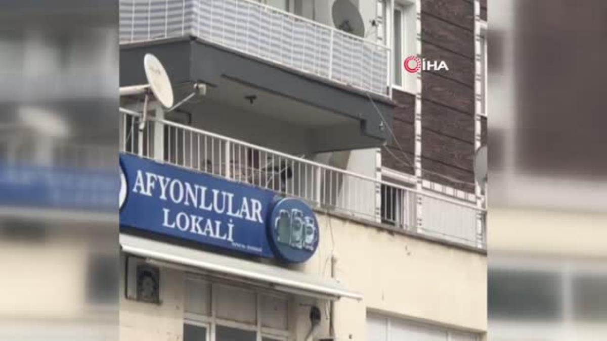 Son dakika haberleri   İzmir'de alkollü şahıs tartıştığı esnafa balkondan eşya fırlattı…Balta ve sandalyelerin havada uçuştuğu anlar kamerada