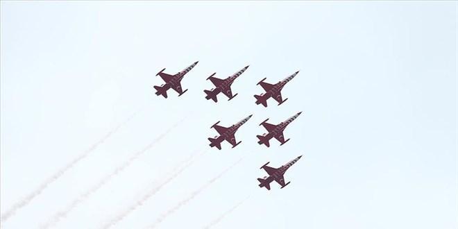 'Türk Yıldızları' Sakarya semalarında selamlama uçuşu yaptı
