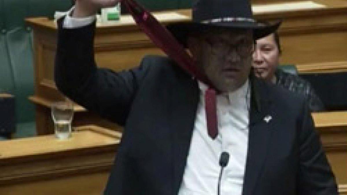 Yeni Zelanda'da Maori vekilin kravat protestosu kriz çıkardı