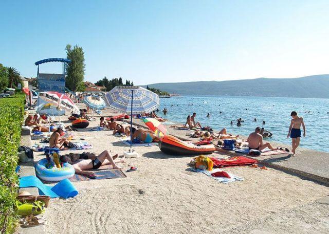 Пляж у отеля Kamelija в поселке Доня-Ластва. Фото: Ddenzor.rs