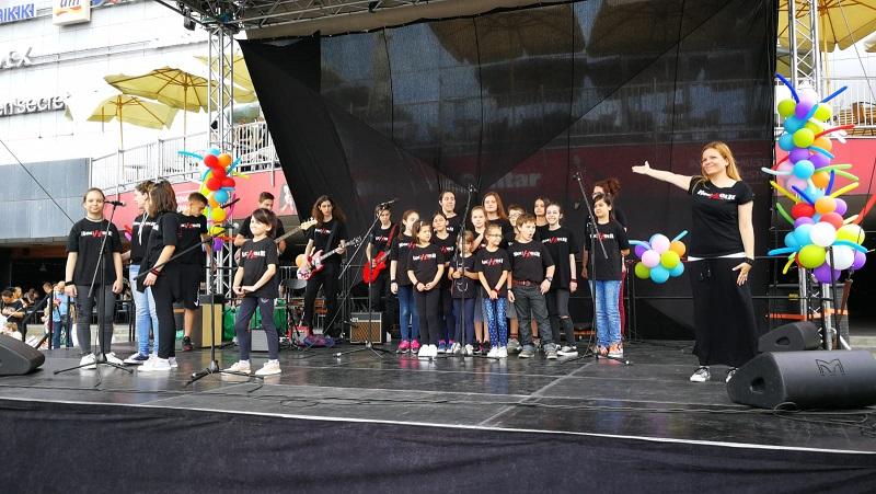 "Prvi srpski rok hor ""RocHoir"" - odgovor društvu u kojem preovlađuje iskrivljena slika muzičkih, moralnih i socijalnih vrednosti"