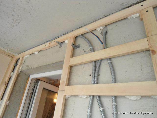 ledninger i en metalslange på altanen