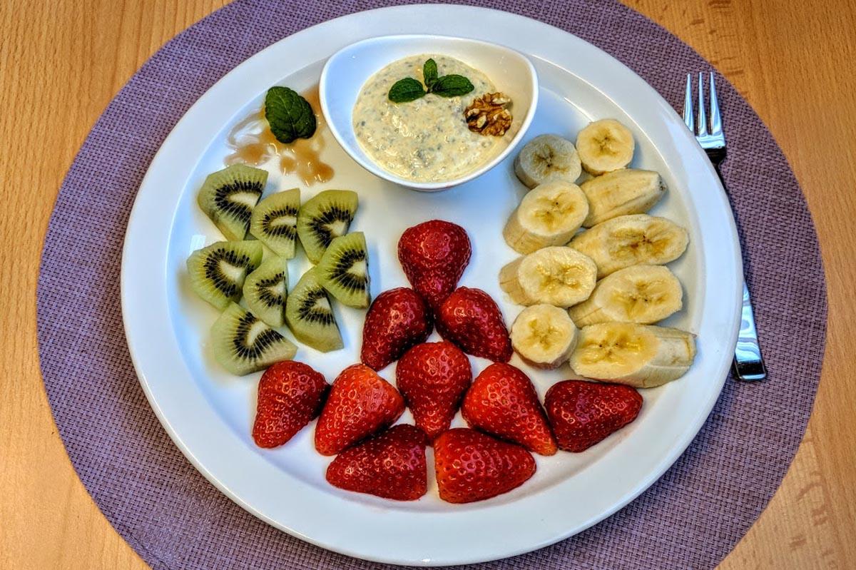 Frischer Fruchtsalat mit Dip